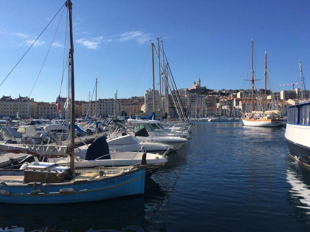 Uitzicht op Port Vieux en Notre Dame de la Garde vanaf het terras van het restaurant La Sartine in Marseille
