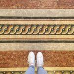 Mozaïek patroon op de vloer in Les Docks de Marseille