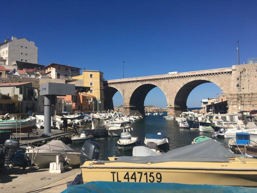 Boten in het vissersdorpje Vallon des Auffes in Marseille