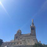 De buitenkant van de Notre Dame de la Garde in Marseille