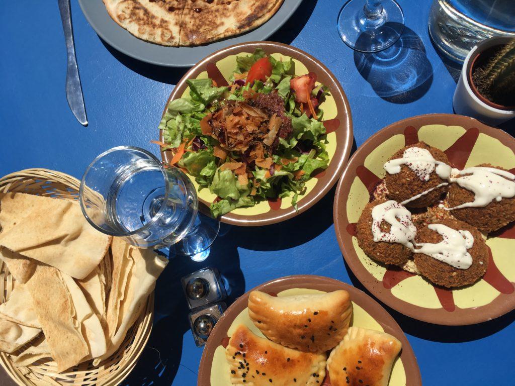 Tapas op tafel bij het restaurant Bistronomie Yasmine Vieux Port in Marseille.