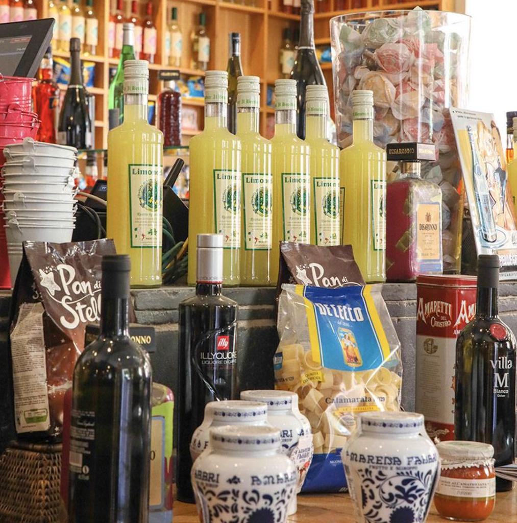 Limoncello, pasta en amaretti te koop bij het restaurant Fuxia in Marseille